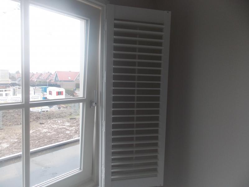 Kunstof shutters geplaatst